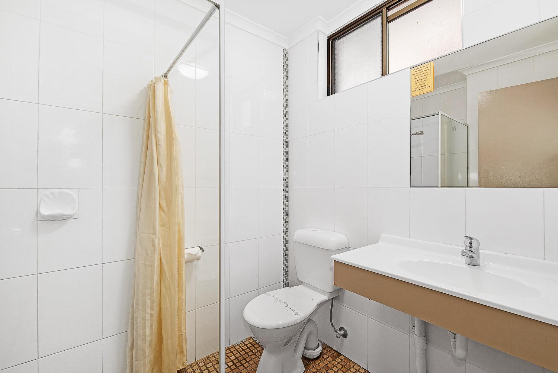 MOTEL DOUBLE bathroom at Golden Country Motel Maryborough