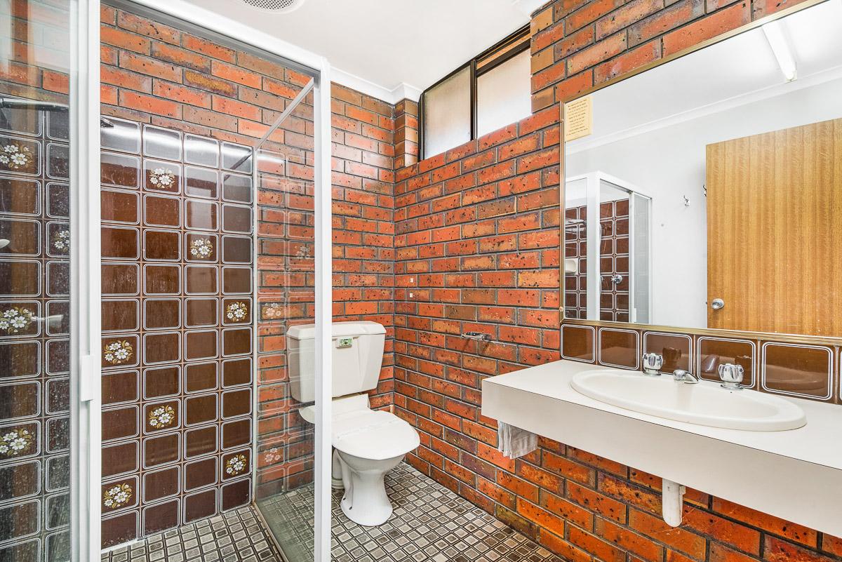 MOTEL Family Room bathroom at Golden Country Maryborough